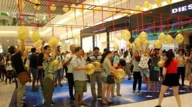Bên trong, rất đông khách hào hứng tham gia phần rút thăm trúng thưởng.