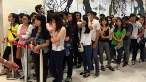 Tại các gian hàng, khách phải xếp hàng trật tự chờ hàng tiếng đồng hồ mới đến lượt vào mua.