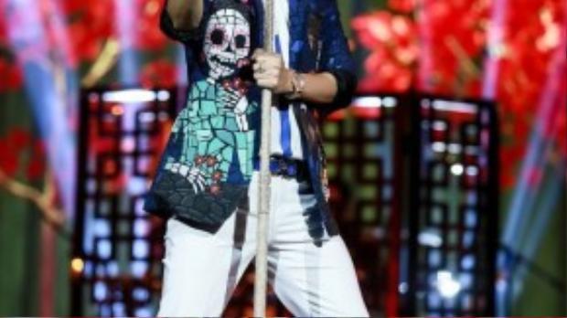 Trước khi khép lại đêm diễn, Mr. Đàm hát tặng người hâm mộ rất nhiều ca khúc hay như Hẹn hò, Trời còn mưa mãi, Hồng Ngự mang tên em, Triệu đóa hồng Người tình trăm năm, Đường xa ướt mưa, Sài Gòn đẹp lắm…