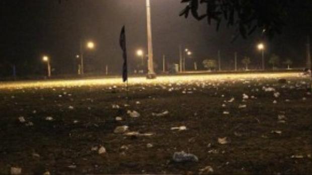 Khi người xem bắn pháo ra về, quảng trường đầy rác.