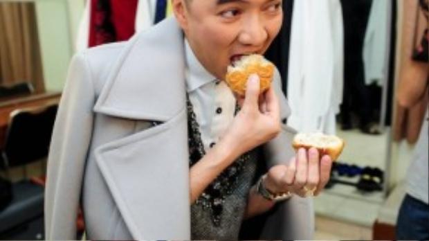 Giọng ca Xin lỗi tình yêu nhanh chóng bẻ đôi chiếc bánh và thưởng thức ngay vì đã cận giờ ra sân khấu.