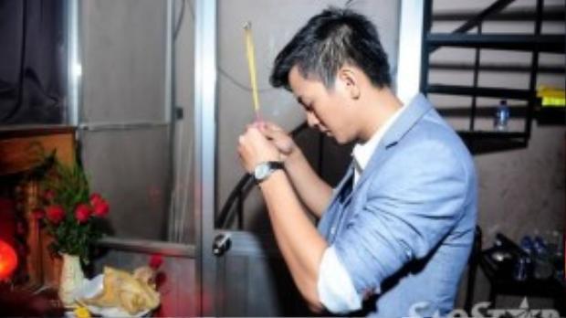 Tương tự Đàm Vĩnh Hưng, Hoài Lâm thắp hương cho tổ nghiệp để cầu mong phần trình diễn được suôn sẻ, thành công.