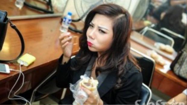 Phượng Vũ - Gượng mặt mới bước ra từ chương trình Giọng hát Việt 2015 tranh thủ lót dạ với ổ bánh mì.