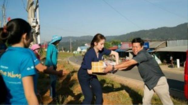 Trước đó, Angela Phương Trinh cùng đoàn từ thiện mang những phần quà bao gồm dụng cụ học tập, thức ăn dinh dưỡng, đồ vệ sinh răng miệng… để tặng các em học sinh. Trường tiểu học Đạ Nhim có khoảng 460 em học sinh, trong đó 95% là các em dân tộc thiểu số với cuộc sống còn nhiều khó khăn.