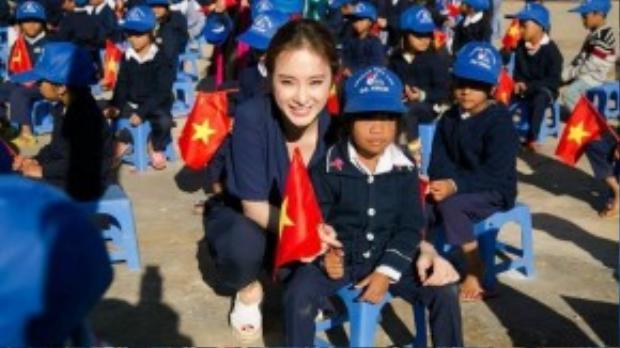 """Chia sẻ về hoạt động thiện nguyện lần này, Angela Phương Trinh nói: """"Được làm những công việc thiện nguyện như thế này là ước muốn của tôi từ rất lâu rồi. Nhân dịp khai giảng năm học mới, tôi cũng muốn chung tay giúp các em học sinh có hoàn cảnh khó khăn có thể bắt đầu một năm học vui tươi hơn và gia đình các em bớt được một phần lo toan""""."""