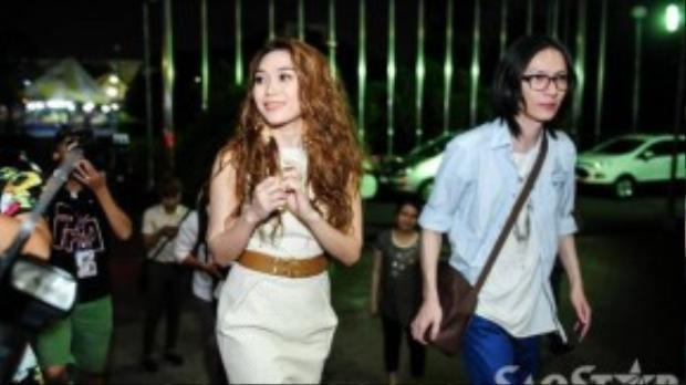 """Như thường lệ """"Người yêu tin đồn"""" Phạm Tuấn Bi vẫn theo sát để hỗ trợ cô. Trước đó, nữ ca sĩ cũng có những chia sẻ chính thức về tin đồn tình cảm gần đây của mình."""