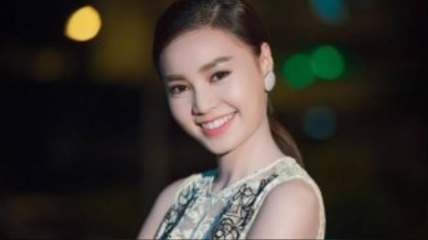 Với lối trang điểm nhẹ nhàng, Lan Ngọc tươi tắn với vẻ đẹp trong sáng và nụ cười tỏa nắng.