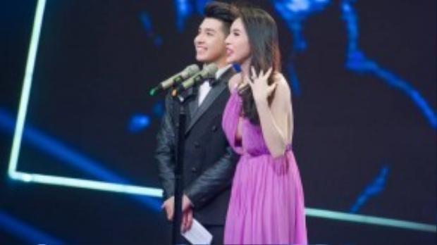 Thủy Tiên lên sân khấu trao giải cùng Noo Phước Thịnh. Cô khoe trọn lưng trần và vòng 1 hờ hững hút mắt.