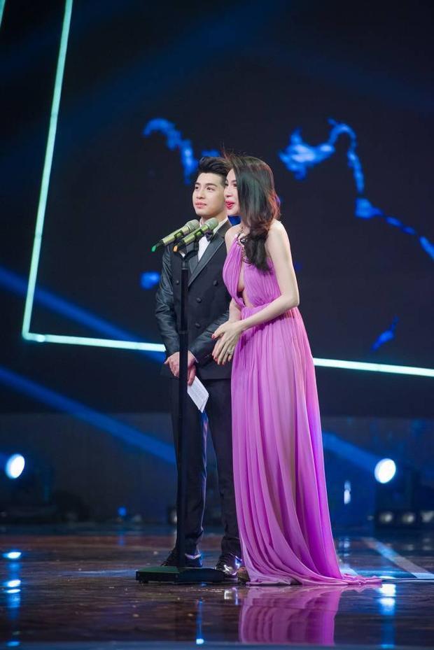 Thủy Tiên suýt lộ vòng 1, Tóc Tiên kín cổng cao tường tại VTV Awards