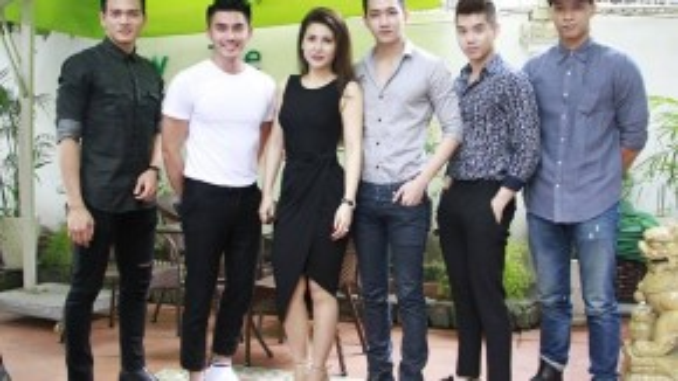 Diễn viên Quỳnh Hoa dọ dáng cùng các nam người mẫu trẻ.