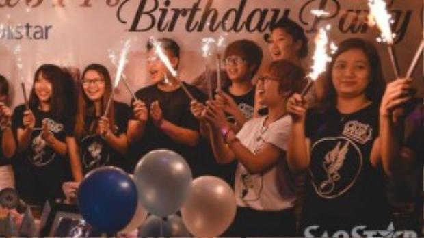 Tất cả mọi người hát chúc mừng sinh nhật.
