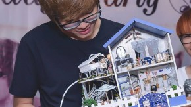 Món quà là ngôi nhà mô hình khang trang mà các fan tặng là ước mơ Bùi Anh Tuấn mong sẽ tạo dựng cho mẹ.