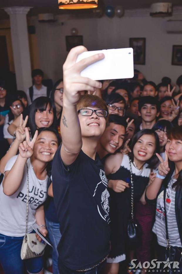 Bùi Anh Tuấn khóc khi được fan tổ chức sinh nhật sớm