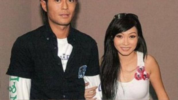 """Không chỉ có thế, năm 2004, Cổ Thiên Lạc sang TP.HCM biểu diễn trong một đêm nhạc đã khiến dư luận vô cùng xôn xao. Ngôi sao của làng giải trí Hồng Kông đã có màn song ca với nữ ca sĩ """"Trống vắng"""" đã khiến công chúng hết lời khen ngợi và ngưỡng mộ."""