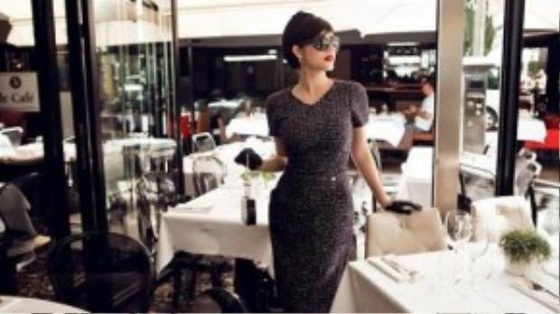 Bộ đầm tối màu với chất liệu dạ được thiết kế đơn giản mà thanh lịch giúp Lý Nhã Kỳ khoe được những đường cong trên cơ thể. Bên cạnh đấy, chiếc mũ công nương cũng giúp cô thêm phần nổi bật hơn.