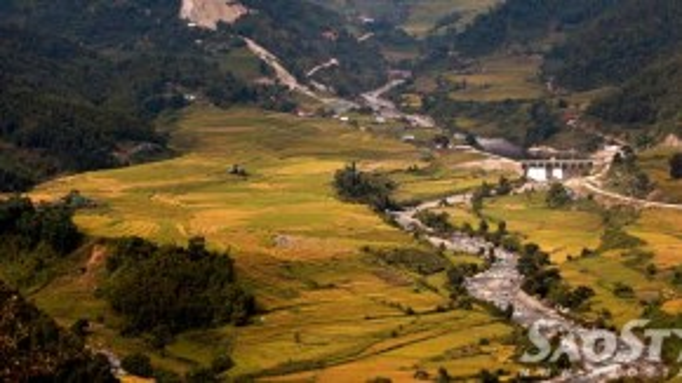 Từ đèo Ô Quy Hồ, vượt 50km qua thung lũng Tả Giàng Phình, bạn sẽ ghé thăm Mường Hum - là trung tâm kinh tế, văn hóa của toàn bộ vùng cao huyện Bát Xát. Thung lũng lúa ở đây nằm trong vùng trũng được bao bọc bởi 4 bề núi non với cảnh quan vô cùng tráng lệ.