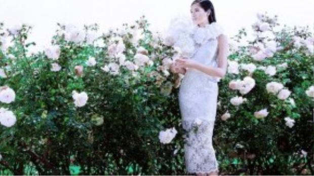 Các trang phục trắng được thiết kế với chất liệu ren cao cấp. Màu trắng tinh khiết tạo nên những bộ trang phục gợi cảm, sang trọng.