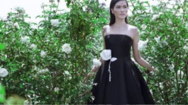 Đỗ Mạnh Cường lăng xê xu hướng gam màu đen vào mùa hè với họa tiết hoa hồng trắng được sử dụng kỹ thuật thêu & tạo khối 3D tinh xảo và cầu kỳ, làm tôn lên vẻ đẹp hiện đại, sang trọng đầy cuốn hút của người mặc.