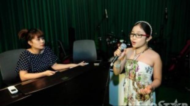 Lưu Thiên Hương ngồi lắng nghe và chỉ ra những nhược điểm mà các bé cần khắc phục.