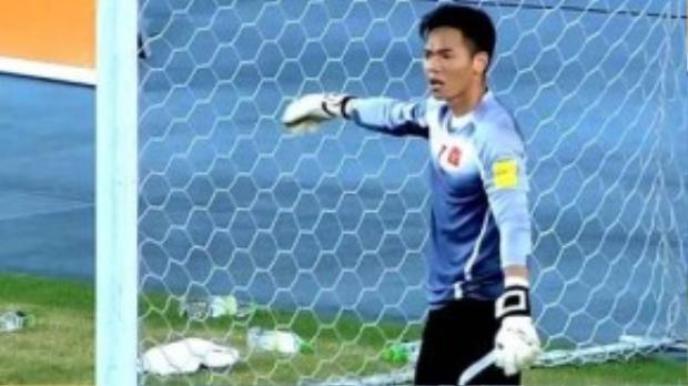 Thủ môn Nguyên Mạnh đang chơi tốt khi liên tiếp cản phá các cú dứt điểm của cầu thủ Đài Loan.