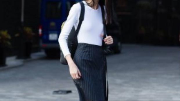 Trang phục công sở với phong cách năng động, giúp bạn gái có thể thoải mái xuống phố với bạn bè sau mỗi giờ làm việc.