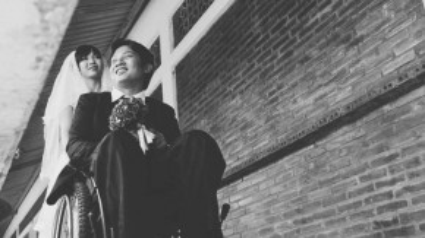 Anh Nguyễn Văn Mạnh (1983, quê ở Long An) và chị Tưởng Thị Thanh Lịch (1991, quê ở Đắk Lắk) đều là học viên của Trung tâm dạy nghề cho người khuyết tật và trẻ mồ côi TPHCM. 10 năm trước anh Mạnh bị một tai nạn giao thông dẫn đến liệt hai chân, còn chị Lịch thì bị một cơn bạo bệnh vào năm 2011 để lại di chứng nên hiện nay bị yếu một chân và một tay.
