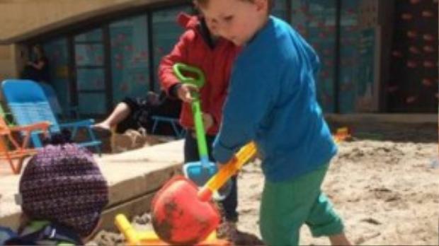 Các bé trai đã sử dụng xẻng đồ chơi để đào một lối thoát bên dưới hàng rào của trường mẫu giáo và trốn ra ngoài. Ảnh minh họa: WCC.
