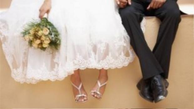 Ngày vui của đôi bạn trẻ bỗng chốc trở thành ngày buồn. Chưa kịp mộng ước xây đắp tương lai cùng nhau thì cả hai đã phải lo lắng vì những khoản tiền vay mượn để chuẩn bị cho ngày cưới.