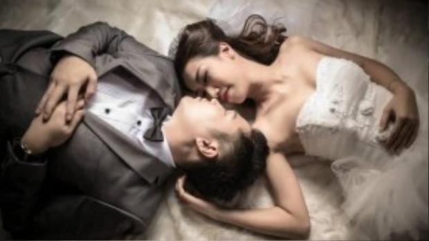 """Đếm tiền xong, cô dâu và chú rể đều mệtrã rời. Cả hainằm ịch xuống giường suy nghĩ mông lung, lo lắng cho số nợ """"từ trên trời rơi xuống"""" chỉ vì ham mời khách thay vìcó một đêm ngọt ngào, lãng mạn như bao cặp đôi mới cưới khác. (Ảnh minh họa)"""