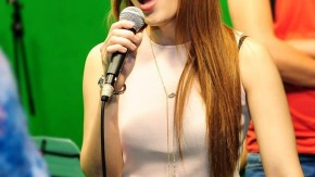 Mỹ Tâm say sưa hát. Trong đêm chung kết, mỗi thí sinh sẽ trình diễn 3 ca khúc, trong đó có 2 ca khúc hát đơn và 1 ca khúc hát cùng với HLV của mình.