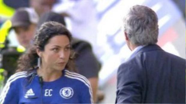 Mourinho tức giận với bác sỹ Carneiro ngay trên sân.