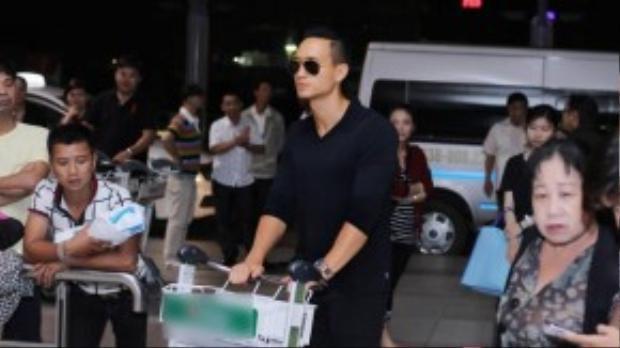 Tối 9/9, Kim Lý đã có mặt tại sân bay Quốc tế Tân Sơn Nhất để lên đường đến Canada tham dự LHP Quốc tế Toronto.