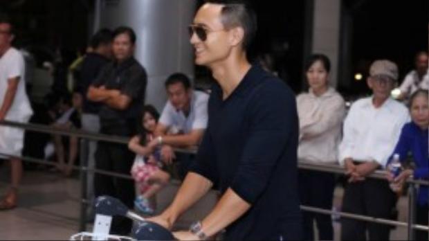 Ngay khi xuất hiện tại sân bay, Kim Lý đã nhận được sự chú ý đặc biệt nhờ vẻ lịch lãm cùng ngoại hình điển trai. Nam diễn viên gốc Việt luôn giữ nụ cười rạng rỡ trên môi.