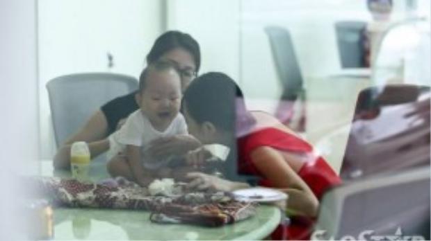 Câu nhóc vô tư chơi đùa với mẹ trong khi bố đang bận tập luyện cho thí sinh.