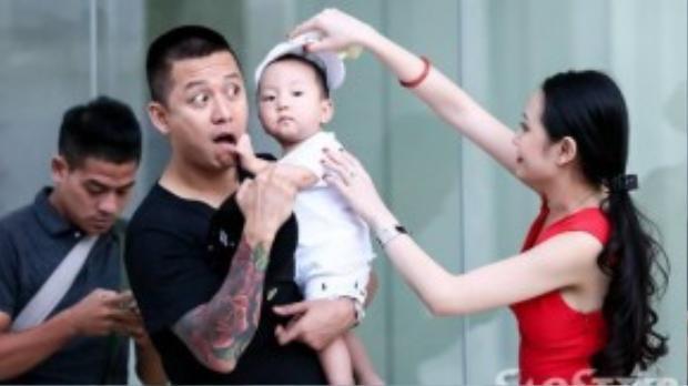 Biểu cảm đáng yêu của nam ca sĩ sinh năm 1978 khi con trai dùng tay nghịch mặt mình.