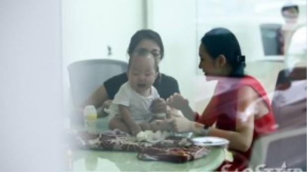 Vừa qua, Saostar.vn tình cờ bắt gặp Hương Baby - vợ của Tuấn Hưng (áo đỏ) tại địa điểm tập luyện của các thí sinh Giọng hát Việt 2015. Cô và con trai Su Hào (tên thật là Nguyễn Trần Khánh Anh) đến cùng nam ca sĩ để tiếp sức, ủng hộ tinh thần cho anh.