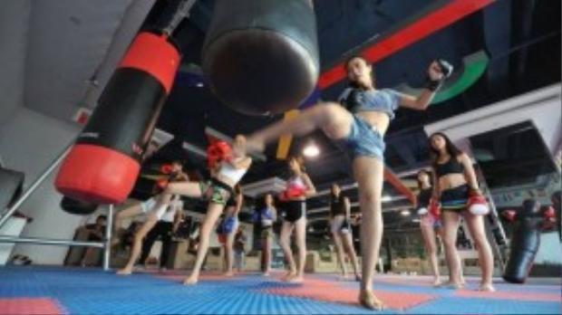Trước khi lên sàn đấu các cô gái đã được tập luyện về bộ môn Kick Boxing