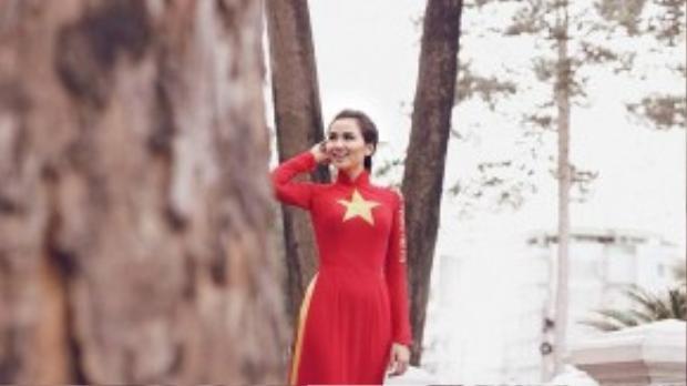 Diễm Hương khoe nét đẹp dịu dàng trong tà áo dài cờ đỏ sao vàng của nhà thiết kế Liên Hương ở bộ ảnh mang tên Việt Nam trong tim tôi.