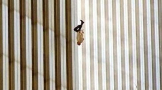 """Bức ảnh """"người đàn ông rơi"""" được chụp trong vụ khủng bố 11/09 tại TWC."""