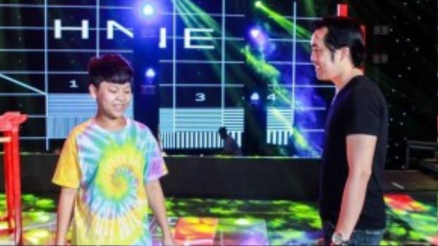 Dương Khắc Linh trong buổi tập luyện cho các thí sinh ngoài sân khấu.