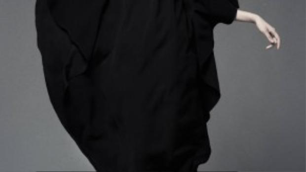 Váy suông với thiết kế tối giản làm nổi bật chiều cao của cô nàng.