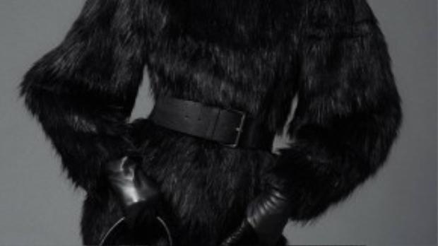 Bộ sưu tập Thu - Đông được NTK Đỗ Mạnh Cường thiết kế với phong cách đơn giản, sang trọng. Các phụ kiện: găng tay, thắt lưng bản to, giày ống, túi xách cũng là một gợi ý không bao giờ lỗi mốt.