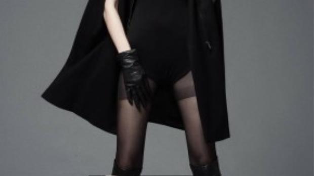 Người mẫu Kim Phượng năm nay 19 tuổi, cao 1m77, sở hữu đôi chân dài miên man cùng gương mặt lạnh lùng bí ẩn. Hiện cô đang là sinh viên Học viện Hàng không Việt Nam.