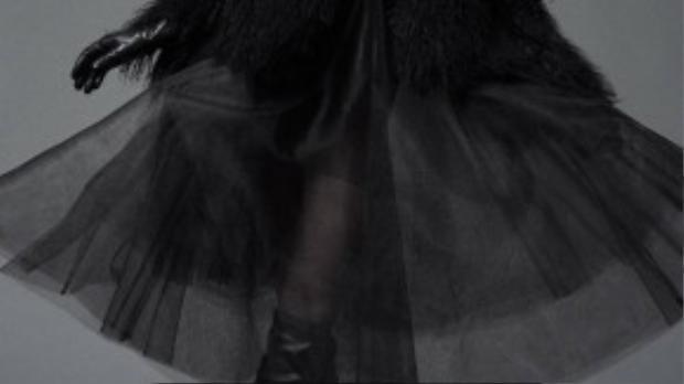 Nữ người mẫu lộng lẫy trong chiếc váy xòe xuyên thấu. Có thể thấy màu đen là gam màu chủ đạo trong các thiết kế của Đỗ Mạnh Cường thời gian gần đây.