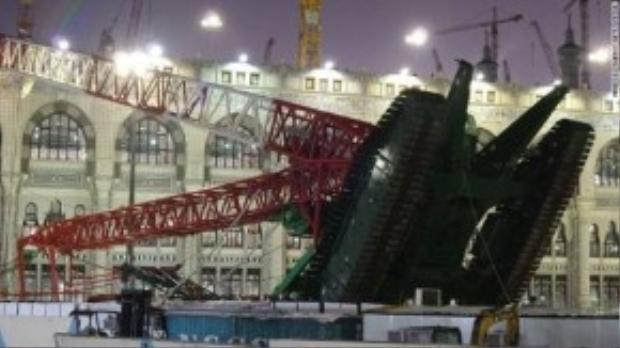 Kinh hoàng cần cẩu sập đè chết 107 người tại Thánh địa Mecca.