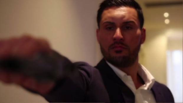 Tuy nhiên lại có cảnh khó hiểu khi anh chàng Mehajer cầm súng bắn vào cửa.
