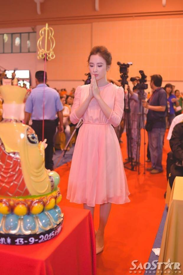 Angela Phương Trinh hào hứng đấu giá từ thiện