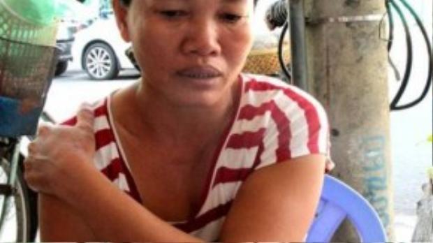 Bà Trần Thị Thảo, mẹ Sỹ, lo lắng thì không biết kiếm đâu ra tiền học cho con. (Ảnh: Tiền Phong)