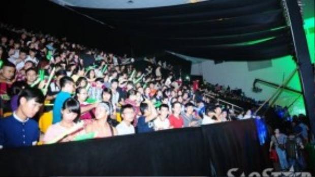 Bên trong khán đài, khán giả đã ổn định kín các hàng ghế để chờ đón chương trình.