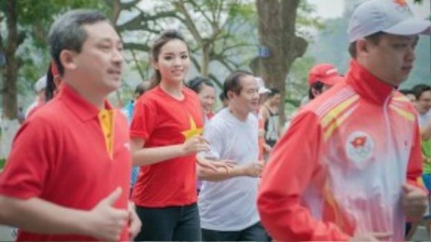 Hoa hậu Việt Nam 2014 Nguyễn Cao Kỳ Duyên chọn chiếc áo cờ đỏ sao vàng cho sự kiện Ngày chạy Olympic diễn ra vào tháng 3/2015 tại Hà Nội.